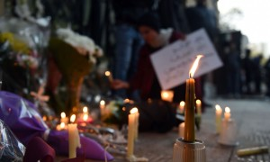 Ricordo di Giulio Regeni all'ambasciata italiana al Cairo (foto: Mohamed El-Shahed/AFP/Getty Images/The Guardian)