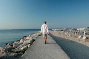 L'uomo che cammina: © foto Diane – Ilaria Scarpa – Luca Telleschi