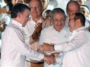 """Pace in Colombia: il presidente Juan Manuel Santos e il leader delle FARC Rodrigo Londoño Echeverri """"Timochenko"""" alla firma dell'accordo insieme a Raúl Castro"""