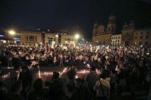 Pace in Colombia: manifestazione a Bogotà (foto: ANSA / AP / Blitz Quotidiano)