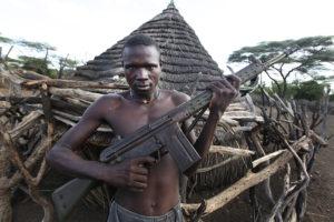 Carestia in Africa: un uomo armato in Sud Sudan