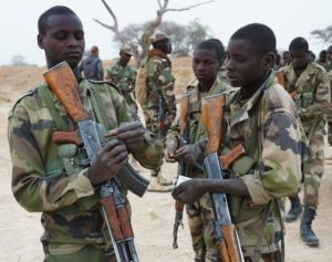 Carestia in Africa: soldati dell'esercito nigeriano